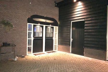 De rechterdeur is de ingang van het appartement.