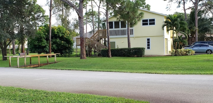 Quiet Area close to Beaches, shopping and FGCU