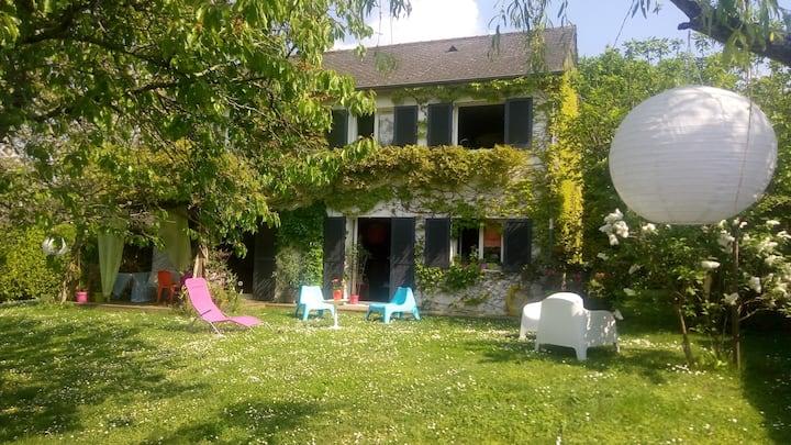 Grande maison familiale colorée en Touraine