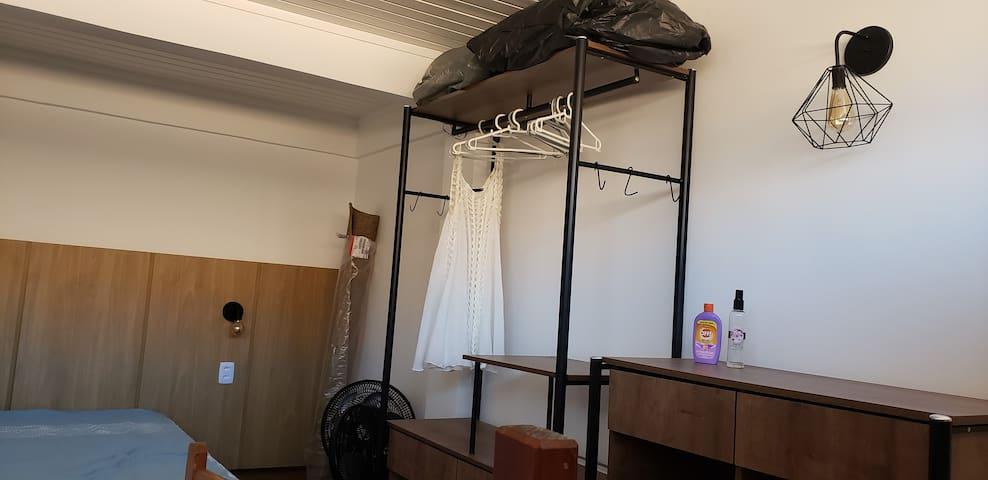 Quarto no mezanino, com armario e suporte para malas.