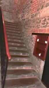 Estas son las primeras escaleras de 4.  A la derecha, debajo de ella, está el depósito de basura. A la izquierda, el buzón del edificio. These are one stairs of 4. To the left, under the stairs, is the garbage can. To the right, the building mailbox.