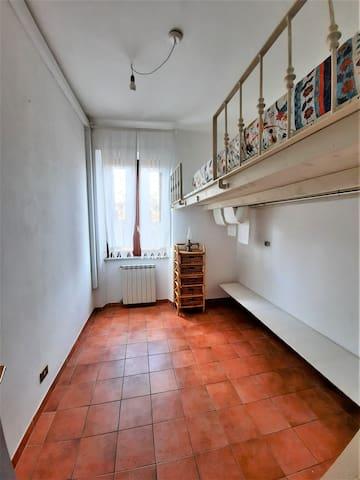 La camera da letto è dotata di un letto singolo sul soppalco in legno e un letto singolo posizionato sotto lo stesso soppalco.