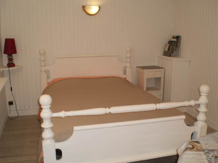 Chambre en sous-sol, entrée  indépendante