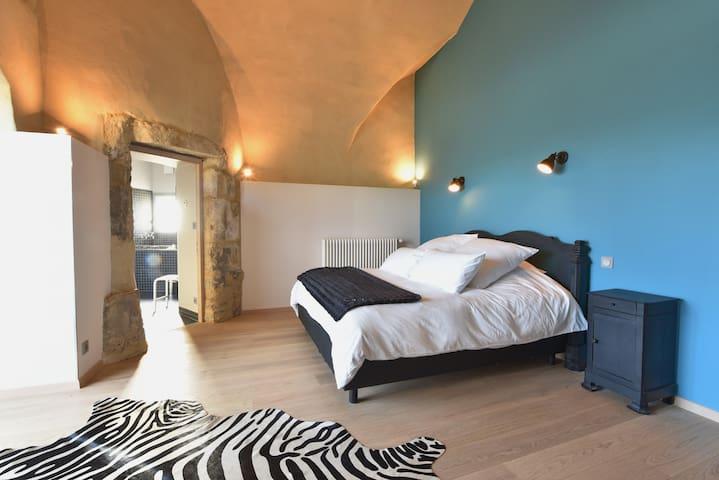 Grande chambre lit en 180 et salle de bain attenante dans la tour du château.