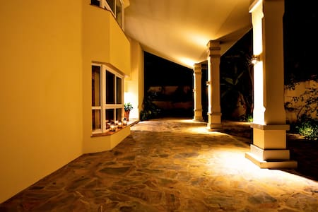ทางเดินเข้าที่พักที่มีแสงสว่างเพียงพอ