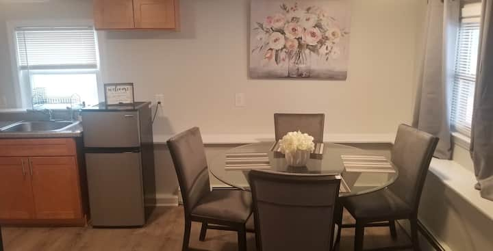 Lovely 2 Bedroom with full Kitchen & Dining Space