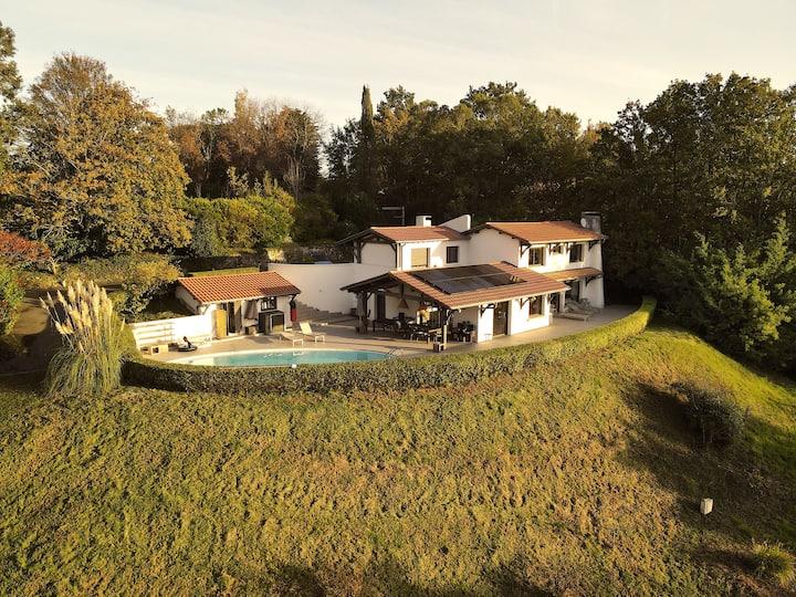Grande maison 18p. piscine, forêt, vue Rhune