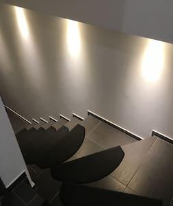 Treppe nach unten in die Wohnung