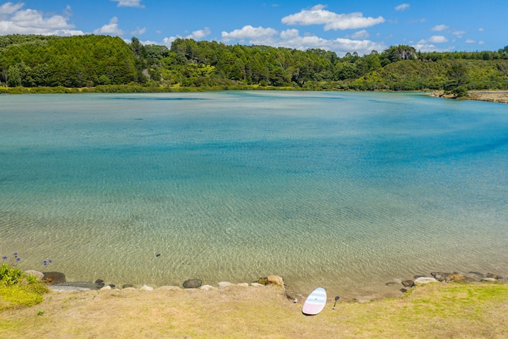 Pōhutukawa Cottage, waters edge, Tapuaetahi