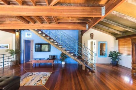 Lounge, kitchen, bathroom, toilet & 1 bedroom is on 1 level.