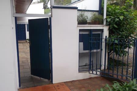 largura livre do portão de madeira 79 cm desnível  2,5 cm portão de ferro, largura livre 106 cm desnível em relação à calçada 20 cm