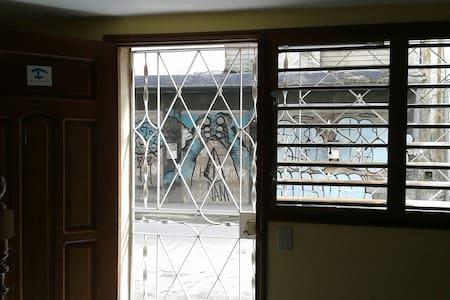 La entrada al apartamento es llana sin ninguna pendiente y con una anchura mínima de 80 cm