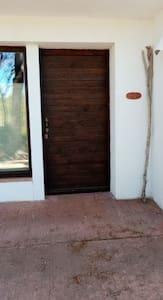 Puerta entrada iluminada por exterior