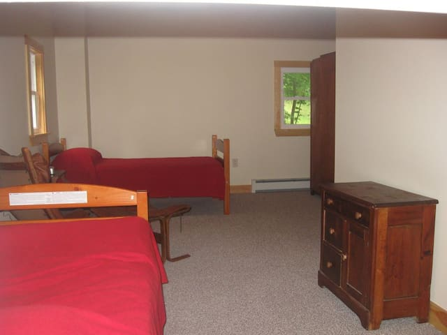 Guest house first floor bedroom with ensuite bathroom (sleeps 4 on two twin bed and one queen bed)