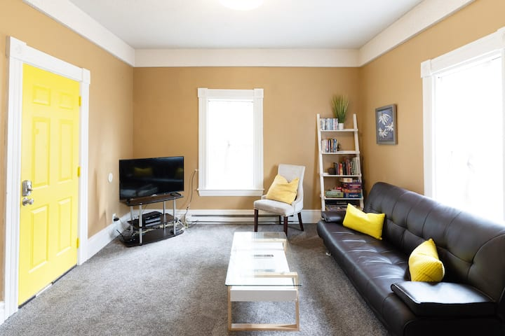 Color & Cheer~2 Bedroom Flat that Feels like Home!