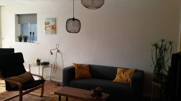 Vrijstaand appartement met overdekt terras.