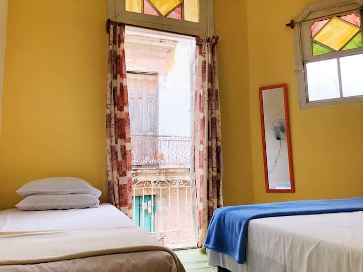 Lamparilla: Sunny Balcony in Heart of Old Havana