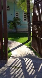 Entrada do portão até a casa com rampas e acesso