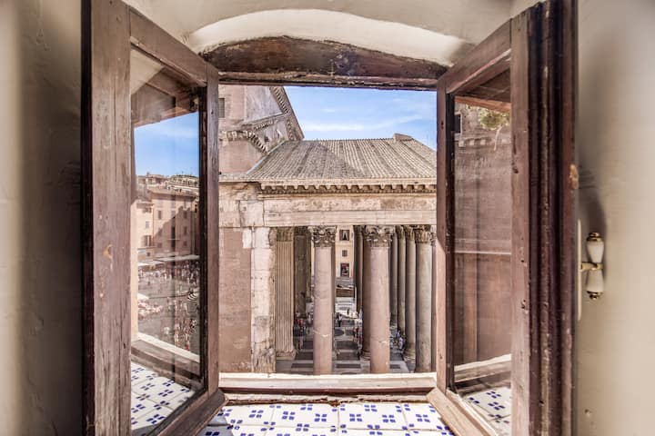 Lovely apartment overlooking the Pantheon square