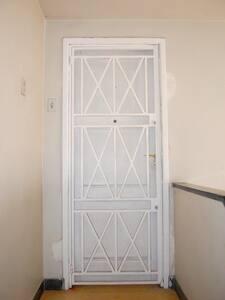 A porta tem 81 cm de largura, o prédio não tem acessibilidade por ser dois andares de escada sem elevador e para chegar a cobertura tem uma escada caracol. Ideal somente para pessoas com mobilidade.