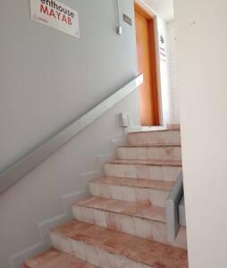 Escaleras para llegar a la puerta principal del Penhouse 501-Mayab.