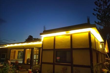 從室外往室內途中均為平坦道路 有動態感應照明