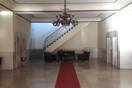 Hall de entrada principal com elevadores à esquerda