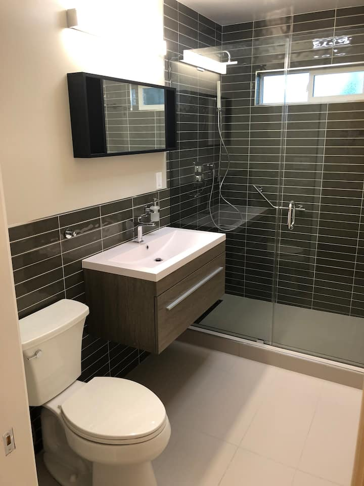Cute & Charming RWC Cottage/Brand new modern bath
