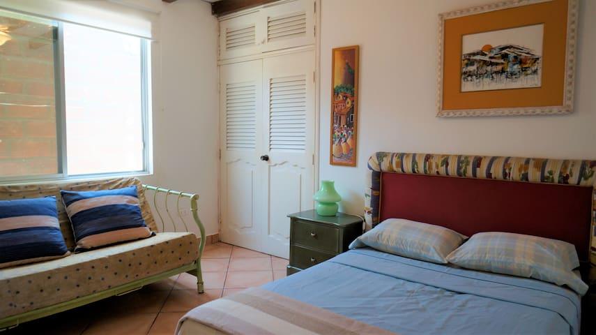 Cuarto #3 (Cama Queen) / Room #3 (Queen sized Bed)