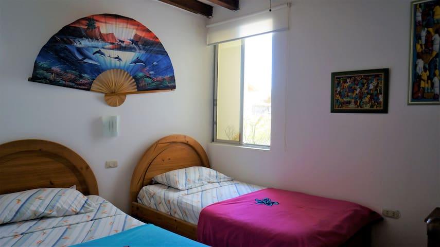 Cuarto #2 (Camas twin) /  Room #2 (Twin beds)