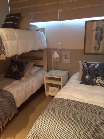 Dormitorio niñitas: una cama 1 plaza y un camarote