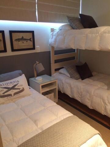Dormitorio niños hombres: una cama 1 plaza y un camarote