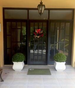 Porta de entrada do edifício . Tem escadas para acessar está porta mas pela porta da garagem não há escada