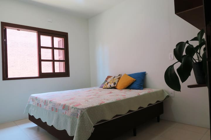 Quarto com duas camas de solteiro que podem ser unidas formando uma cama de casal.
