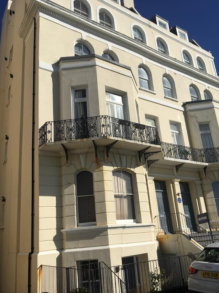 Stylish seaview flat 7 in Grade 2 listed house