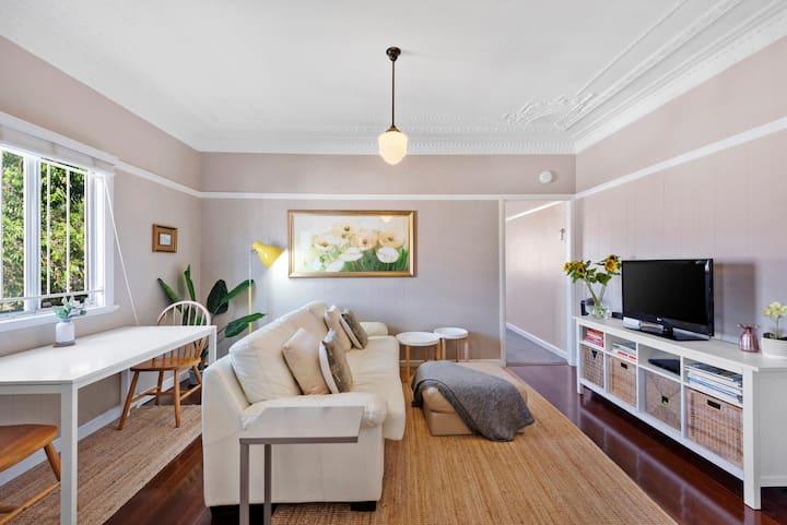 Quiet Bright Art Deco Apartment by New Farm Park