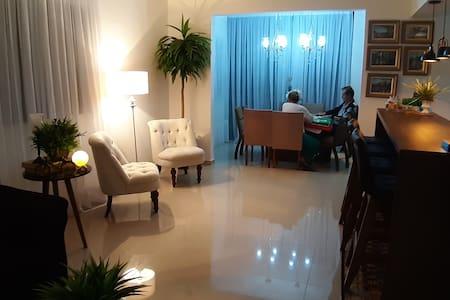 Sala de estar, jantar e cozinha em conceito aberto.
