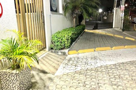 Acesso da rua ao condomínio com rampa acessível