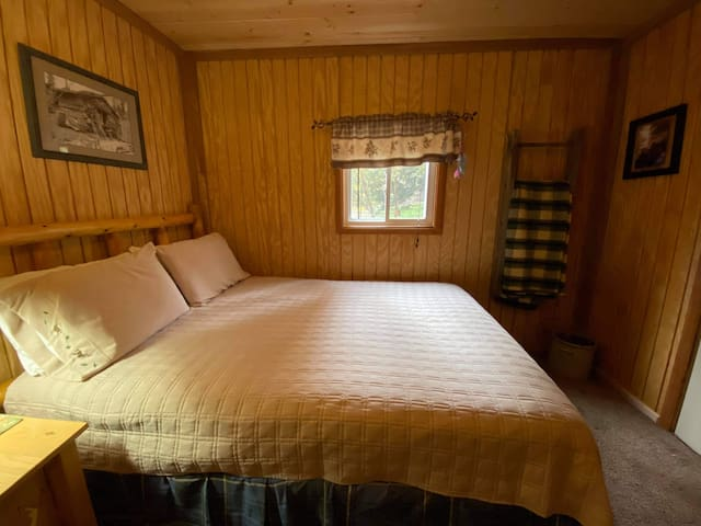 Queen size bed and television Wfi