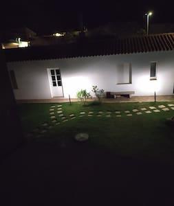 il giardino da cui si accede alla residenza
