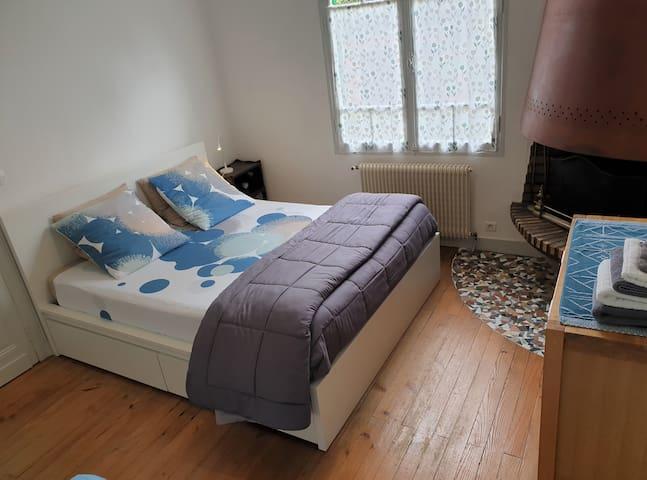 Chambre parentale N° 2  lit neuf 160 et lit neuf 90 d'appoint pour enfant ou ado et salle d'eau attenante