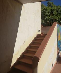 La camera è raggiungibile attraversando il giardino privato e salendo la scala esterna fino ad arrivare al 1°piano