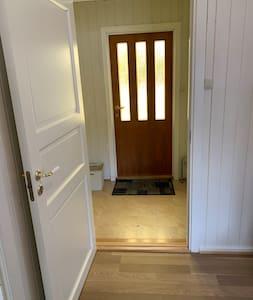 Inngangsdør og gangdør er 81 cm brede.