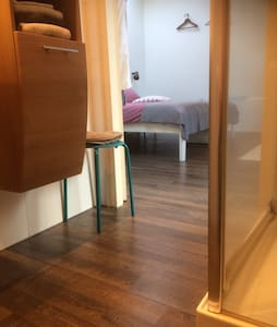 Ruimte gezien vanuit de badkamer naar zit/slaapkamer en keuken.