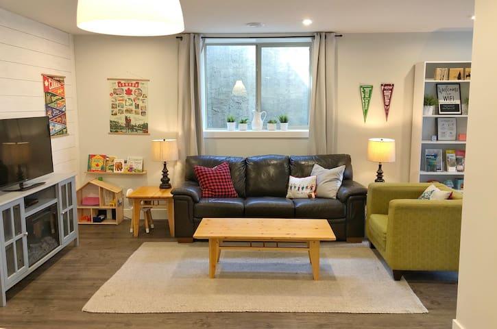 Cozy, modern 1-BDM apartment (License #83588)