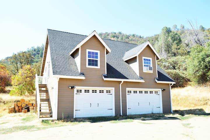 Peaceful CLEAN Chalet, 60acres close to Yosemite!!