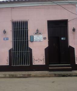 Entrada a la casa, tiene una buena iluminacion con 3 faroles en el frente y ademas se cuenta con el alumbrado publico.