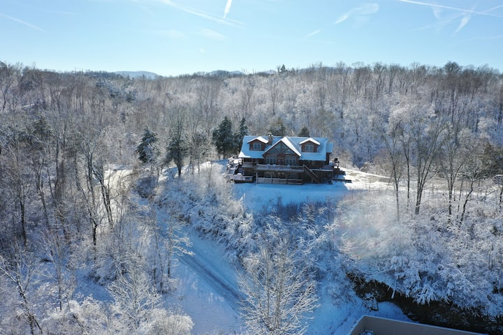 Luxurious Lake-Front 6-BR Chalet near the Smokies