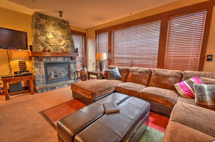 Comfortable Big White 2 Bed condo+private Hot Tub