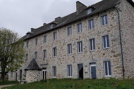Le bâtiment, de plain pied, comprend en son milieu une porte d'accès principal et quatre autres portes d'entrée. Toutes s'ouvrent avec la même clé.